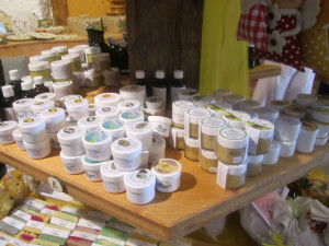 Handgemachte Salben, Seifen und Kräutertinkturen im Pfarrstadel