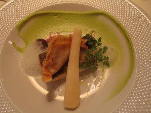 Seesaibling mit Petersilie, Weintrauben und Räucherforellenravioli