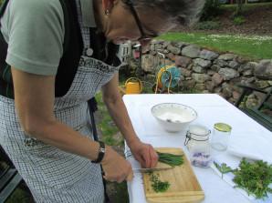 Inge Daberer bei der Zubereitung des Blütensalzes