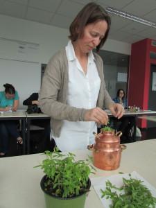 Theresia Harrer mit der Destille